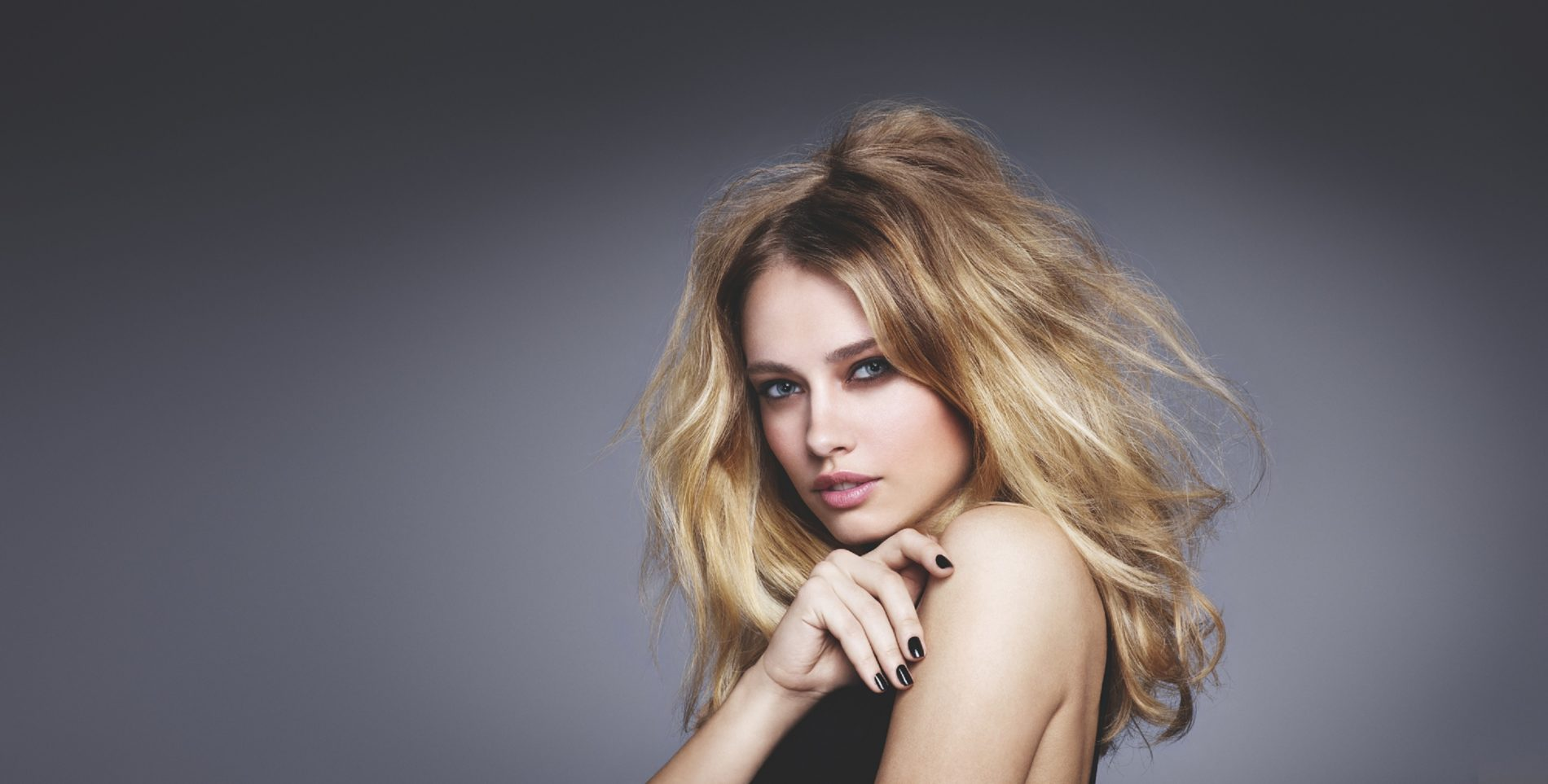 Glamour undone: cabello despeinado, brillante y elegante