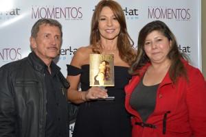 Amparo Grisales acompañada de Hernán Padilla y Pilar Dulsey, Presidente y Vicepresidenta de Asoprensa.