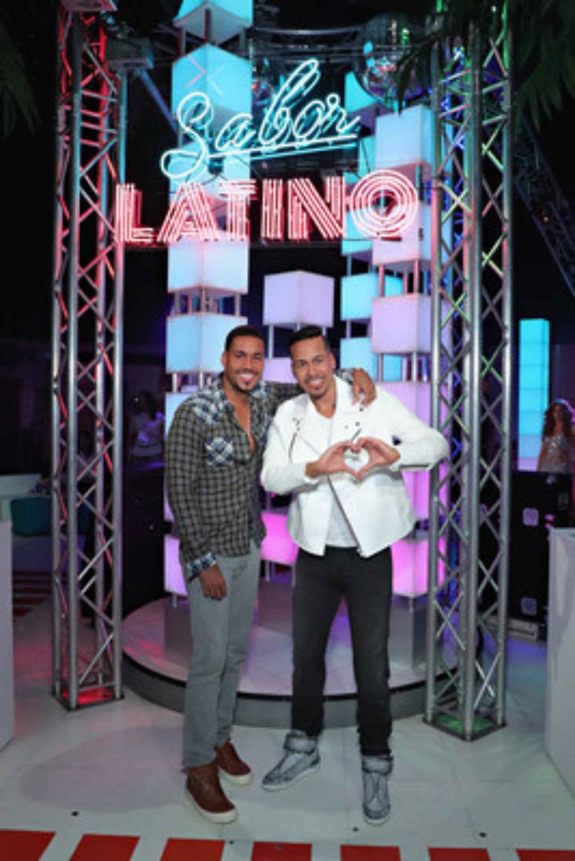 Romeo Santos y su figura de cera en Madame Tussauds New York en la inauguración de la experiencia Sabor Latino