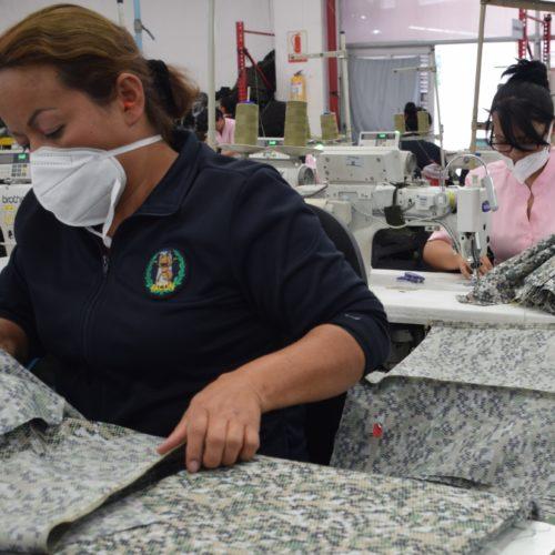 Prendas para militares y policías son confeccionadas por personas en estado de vulnerabilidad