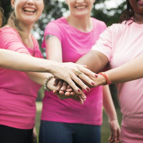 Mujeres con cáncer reciben productos de belleza donados como fuente de trabajo