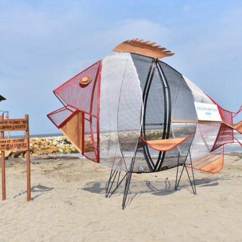Canecas traga plástico, tendencia ecológica en playas colombianas