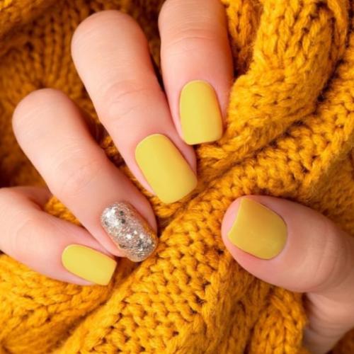 Amarillo y gris, los colores de la manicure en el 2021